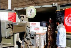 Foto 4 - operazioni di caricamento dei materiali donati