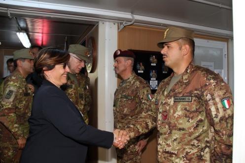 il Ministro Trenta saluta un militare del 5° Rgt Alpini