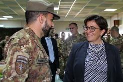 il Ministro Trenta saluta un militare del 5° Rgt Alpini_1