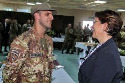 il Ministro Trenta saluta un militare del 5° Rgt Alpini_2