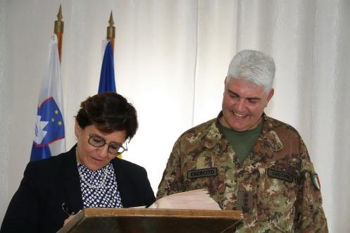 il Minstro Trenta firma il libro d'onore del 5° Rgt Alpini 1