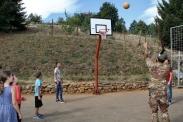 momenti di gioco tra militari italiani e bambini di Carrabreg I Eprem (Decan-Decane)