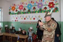bambini accolgono il Col. Cucchini, comandante del MNBG-W 1