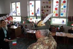 bambini accolgono il Col. Cucchini, comandante del MNBG-W