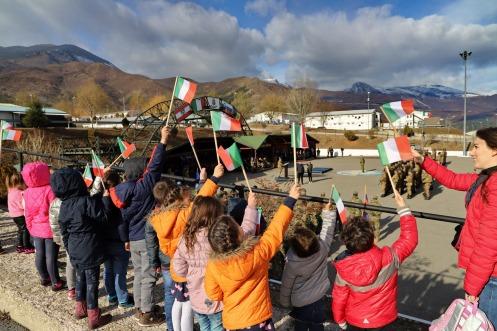 bambini presenziano al cerimonia