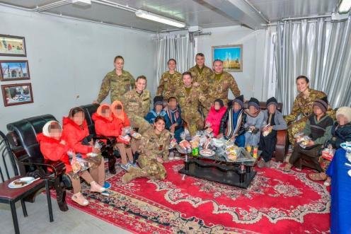 Foto 1 - rappresentaza di bambini dell'Orfanotrofio con i militari italiani