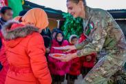 Foto 7 - militare italiano offre dolci ai piccoli ospiti