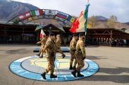 le bandiere di guerra del 5° Rgt Alpini e dell'8° Rgt Artiglieria Tererstre Pasubio si incrociano simboleggiando l'avvenuto passaggio di consegne