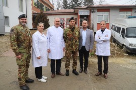4_foto di gruppo all'ingresso del Centro di Medicina Familiare